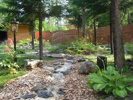 Декоративный ручей и водопад в саду